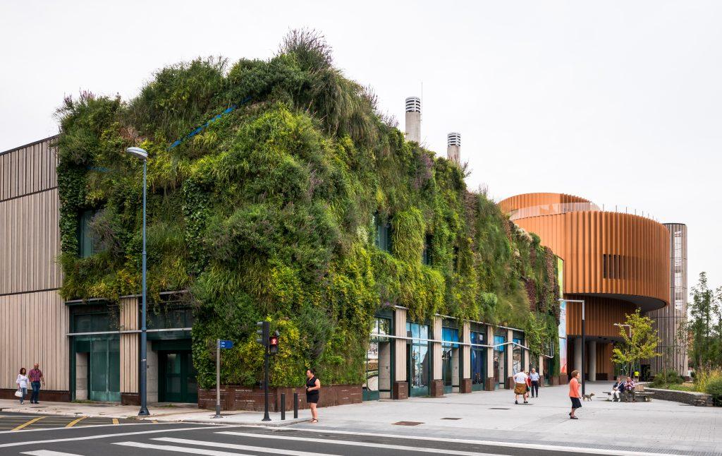 fachada con vegetación en la ciudad